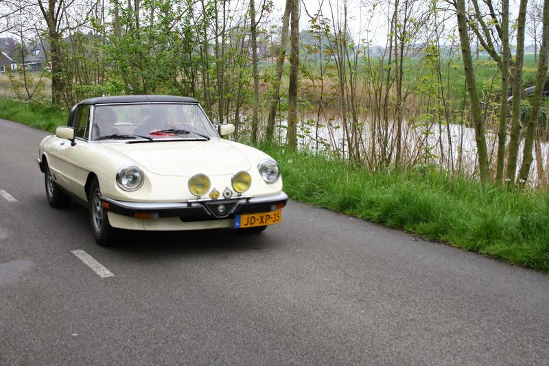 oldtimer wit rijdend